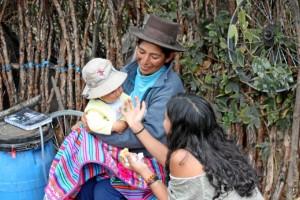 Con una de las pequeñas de la casa, dándole la miel que previamente su padre había cogido de la colmena.