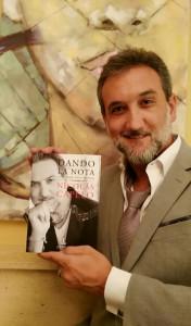 Nicolás Capelo sostiene un ejemplar de su primer libro 'Dando la nota'.