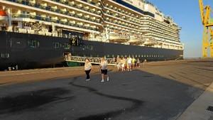 El buque de cruceros Koningsdam de la compañía Holland América hace escala en Huelva por primera vez.