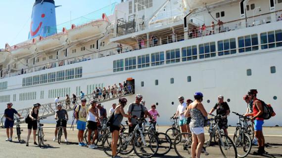 El buque Thomson Spirit recala por sexta vez este año en el Puerto de Huelva con 1.219 pasajeros