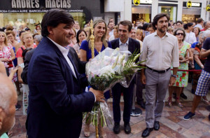 El alcalde también ofreció flores a la Patrona.