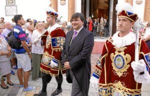 El primer edil de Huelva, Gabriel Cruz, al inicio de la procesión.