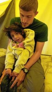 El voluntario Julio, junto al pequeño Osman, que fue repatriado a España.