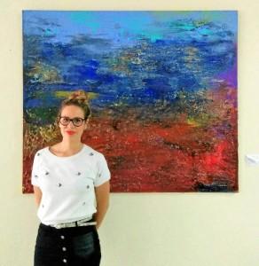 La artista, junto a su obra 'De Camino a la mina'. Serie Onuba, 2016.