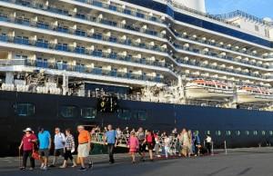 El Puerto de Huelva ha puesto a disposición de los turistas que quieran visitar la ciudad un sistema de autobuses lanzaderas desde el Muelle Sur hasta la Plaza del Punto.