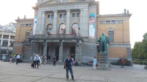 El joven, ante el Teatro Nacional de Oslo.