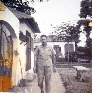 Una fotografía de Mauricio en el patio de su casa en Guinea.