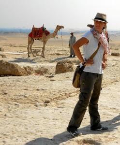 La onubense, durante una visita a las pirámides de Guiza, en El Cairo, donde es usual encontrar  egipcios con camellos como reclamo turístico.
