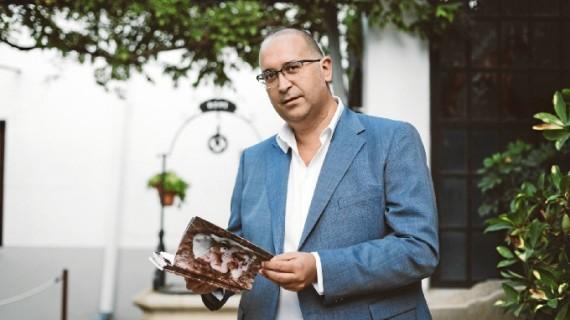 José Luis Mora escribe su primer poemario 'Del vientre a la cuna'