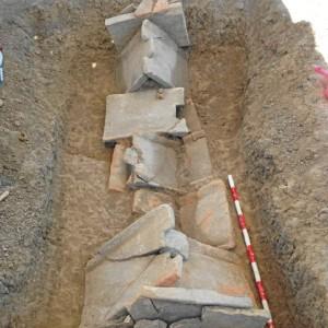 Necrópolis de inhumación de época romana, siglos II-III d.C. Enterramiento I Cubierta de tegulae a la capuchina.