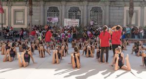 Deportistas del Gimnasia Rítmica Huelva, en un entrenamiento en las puertas del Ayuntamiento.