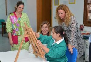 Susana Díaz ha visitado la Asociación La Canariega.