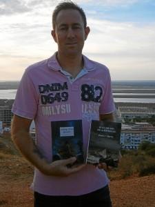 El autor con sus dos novelas, 'El color gris de la esperanza' y 'Al abrigo de los girasoles'.