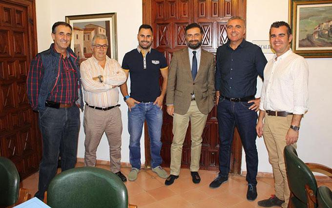 Asistentes a la firma del convenio de colaboración entre el Ayuntamiento de Moguer y el Pedro Alonso Niño de balonmano.