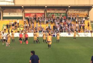 Los jugadores del Recre saludan a sus aficionados una vez concluido el choque en Los Barrios. / Foto: G. D.