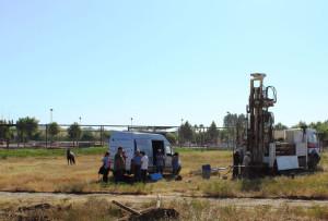 Realizando los sondeos en la zona, donde se ha incorporado un grupo de geólogos de la Onubense dirigidos por Joaquín Rodríguez-Vidal. / Foto: Juan Manuel Campos.