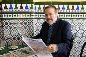 Vicente Tori con su revista 'La Huelva'.
