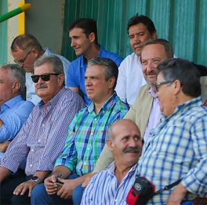Manolo Zambrano, junto a Toledano en el palco del estadio de San Rafael de Los Barrios, en el partido ante la Balona. / Foto: www.albiazules.es.