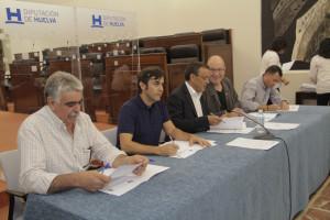 Ignacio Caraballo firma el acuerdo con alcaldes de la provincia.