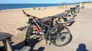 A lo largo de su viaje, ha ido narrando su aventura en una página de Facebook dirigida a conocidos y amigos. / En la imagen, su bicicleta en el Lago Michigan.