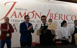 El alcalde de Aracena, Manuel Guerra, hace entrega del premio al ganador, ante Juan Luís Pavón.
