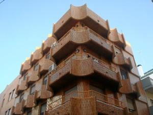 dificio situado en una de las esquinas de la Plaza Isabel la Católica (Plaza Niña) de Huelva, que ha sido realizado por el estudio de este arquitecto y profesor.