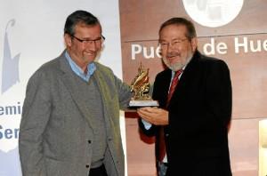 Rafael J. Terán hizo entrega del Premio 'Ángel Serradilla' a Vicente Toti. / Foto: Javi Navarro.