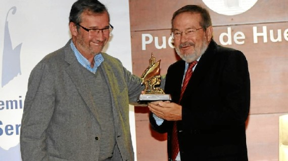 Vicente Toti recibe emocionado el Premio 'Ángel Serradilla' de la Asociación de la Prensa de Huelva