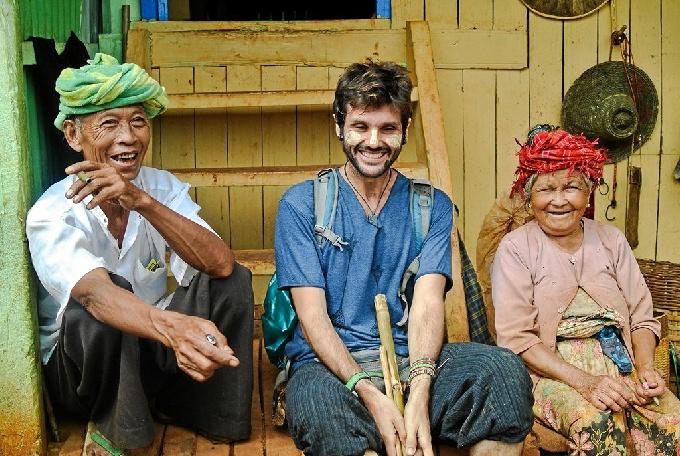 Carlos Naranjo inició su aventura en Asia en octubre de 2015. En la imagen, con unos locales en Myanmar.