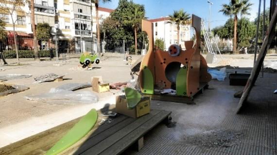 El nuevo parque infantil de la Plaza del Andévalo de la barriada de La Orden estará listo la próxima semana
