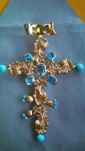 cruz con aguamarinas y topacios azules para la victoria, haciendo juego con el nuevo puñal