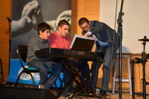Con dos de sus alumnos en la Gala de la Discapacidad 2015.
