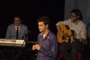 Presentación de Roberto en el Gran Teatro, junto a David Núñez y César López de Ocho Vientos.