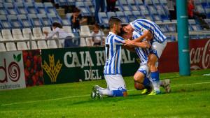 Iván Aguilar, que es felicitado por sus compañeros tras marcar el sábado, está entre los convocados. / Pablo Sayago.