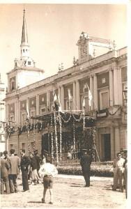Corpus de 1952: el reloj municipal se enseñorea del ambiente festivo.