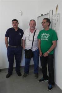 Gilberto Hernández y Alfredo Moreno junto a uno de los hijos del anterior enterrador.