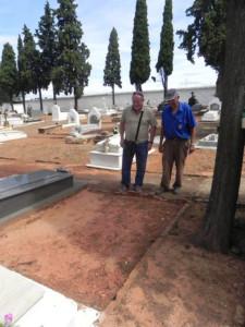 El actual sepulturero de Riotinto junto a Alfredo Moreno frente a la tumba de Jesús Shong.