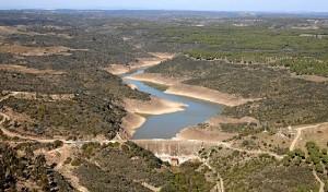 La Presa de Beas se enmarca en el arroyo Castaño, afluente del río Candón.