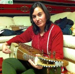 La onubense María Gómez se mudó a Reino Unido hace seis años. En la imagen, aprendiendo a tocar el rubab, instrumento tradicional de Afganistán.