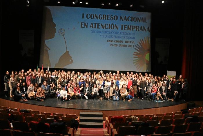 Foto de familia con los participantes en el primer Congreso Nacional de Atención Temprana celebrado en Huelva.