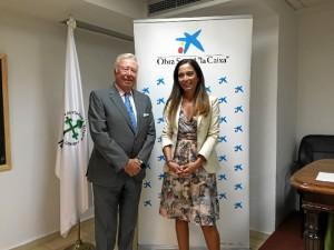 Rocío Pizarro, junto a José Luís García Palacios, presidente de la Asociación contra el Cancer de Huelva, tras la firma de un acuerdo.