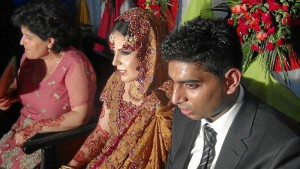 Un momento de la ceremonia de casamiento con su marido, en Pakistán.
