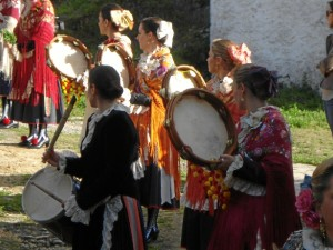 Amante de las tradiciones, vuelve a Almonaster la Real, cada vez que se le presenta la ocasión. En la fotografía, en el Romero de la Santa Cruz del El Llano.