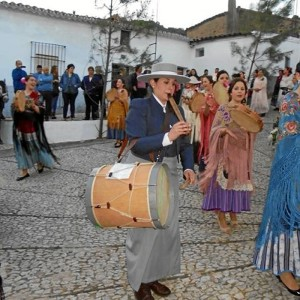 Es una enamorada de la gaita y el tamboril. En la fotografía, en el romero de la Santa Cruz del Hoyo de Las Veredas.