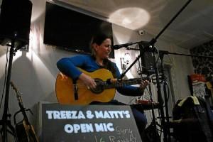 María ofrece a menudo conciertos en pubs británicos.