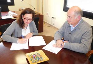 Momento de la firma del convenio por parte de la presidenta del club deportivo, Manuela Romero, y el gerente de la Asociación, Rafael Romero.