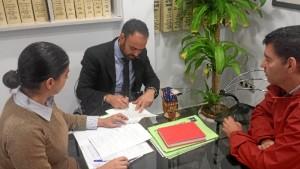Momento de la firma de la cesión de las propiedades de la Cámara Agraria Local de Valverde del Camino al Ayuntamiento de la localidad andevaleña.