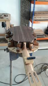 El proceso de construcción de una guitarra de forma artesanal es bastante complejo.