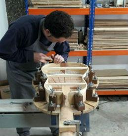 El luthier onubense Manuel Rosa Palanco, el arte de convertir maderas nobles en música y poesía
