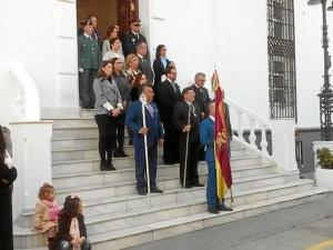 Las autoridades en la puerta del Consistorio en la tarde del sábado 28 de enero.